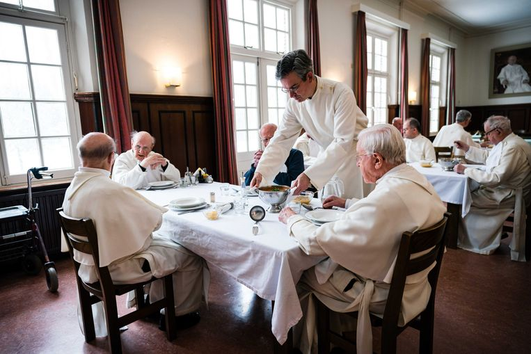 Leden tijdens een maaltijd in de Abdij van Berne.  Beeld ANP