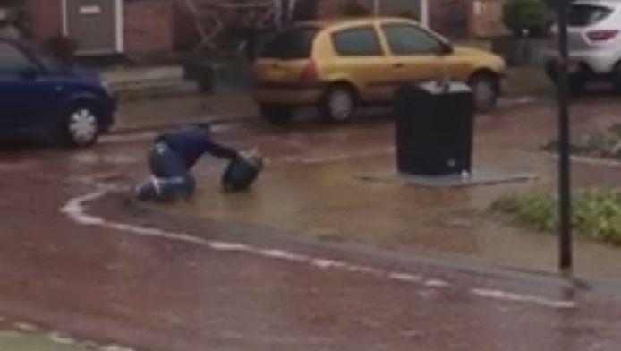 In Steenwijk was het te glad om te lopen. Deze man moest kruipend de vuilnis buiten brengen.