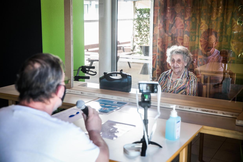 Christian Vereecke ziet zijn moeder voor het eerst in negen weken en filmt dat voor de hele familie. Beeld Bas Bogaerts