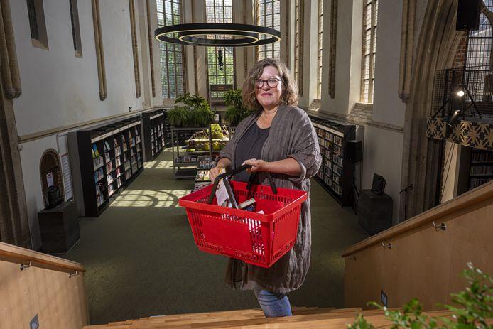 Barbara Deuss met een mandje waarin leden van de Zutphense bibliotheek hun 'buit' moeten leggen. ,,Toen de coronacrisis uitbrak, maakten we ons best zorgen. Corona was iets nieuws en er was daardoor veel onzekerheid.''