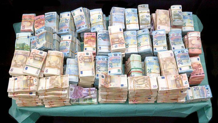 De 1,4 miljoen euro die de politie vond in een ruimte onder het reservewiel van een Saab van een Albanees in Nieuw-West Beeld Politie