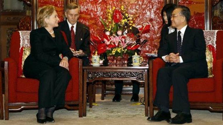 De Amerikaanse minister van Buitenlandse Zaken Hillary Clinton praat met de Chinese premier Wen Jiabao tijdens haar bezoek aan Beijing. (EPA) Beeld