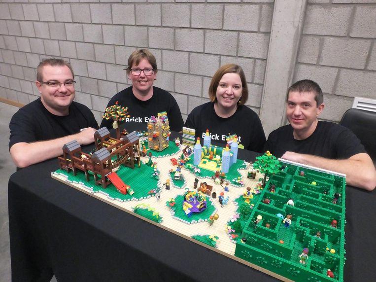 Organisatoren Melissa en Griet met hun mannen Wout en Andy bij de fantasietuin van Melissa.