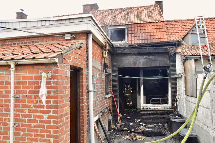 De brand hield vooral lelijk huis aan de achterzijde van de rijwoning langs de Komerenstraat in Geluwe, maar de woning is helemaal verloren.