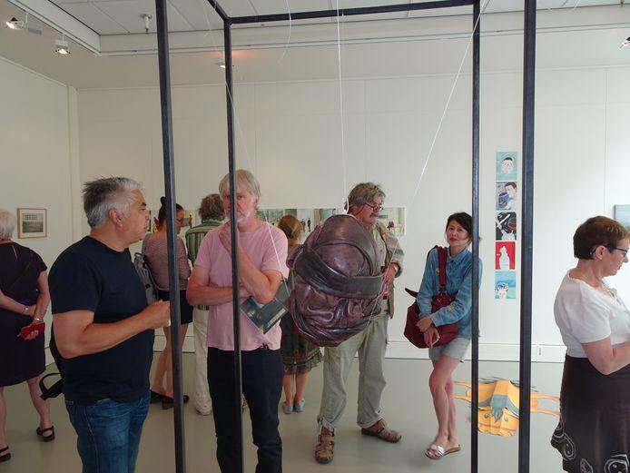 Bezoekers van de expositie van IJslandse kunst.