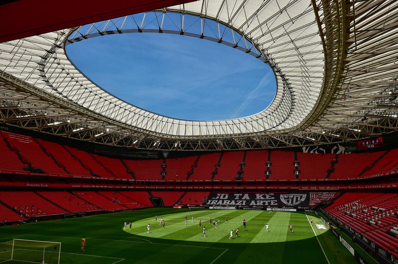 Athletic Club speelt in juli in een vrijwel leeg stadion in Bilbao tegen Real Madrid. Beeld AP