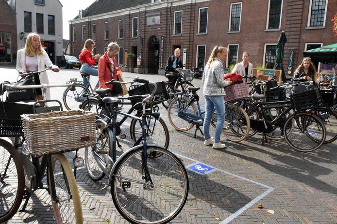De fietsparkeervakken op het Kerkplein in Woerden functioneren nog niet optimaal: bezoekers parkeren hun fietsen regelmatig buiten de vakken.