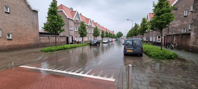 De Nieuw Bonedijkelaan in Vlissingen na een wolkbreuk.