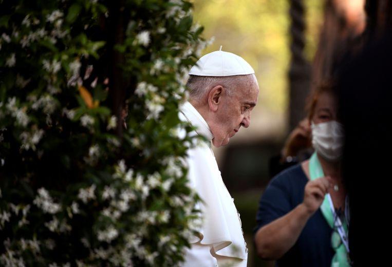 Paus Franciscus, hier tijdens een gebed in de tuinen van het Vaticaan.  Beeld REUTERS