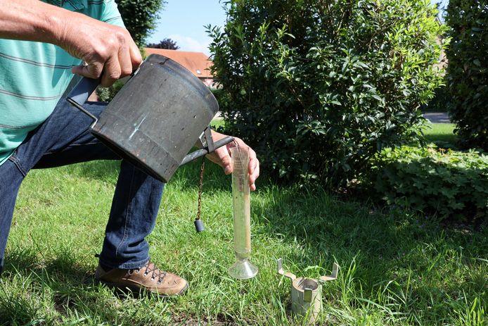 De trechter - het oudere model van Van den Bosch heeft wat weg van een gieter - kun je aan het handvat optillen en het water vervolgens in een maatcilinder gieten.