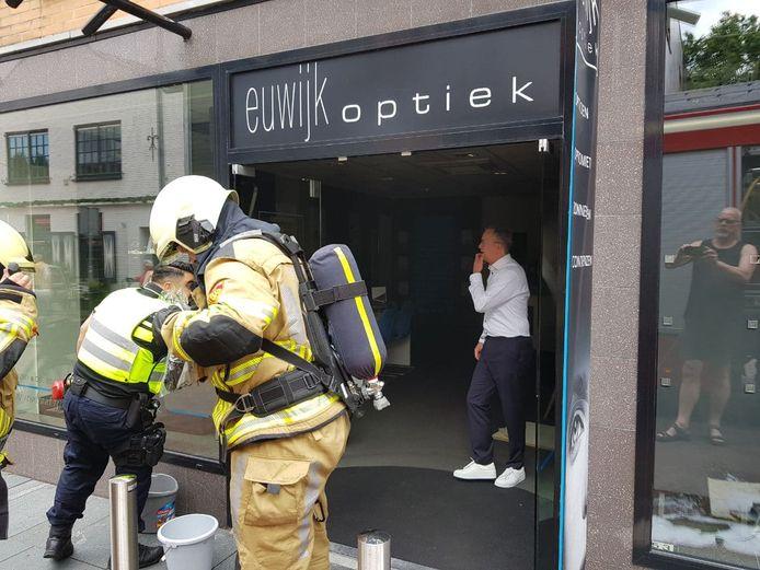 In het plafond van Euwijk Optiek in Hardenberg ontstond vanmiddag brand rond lunchtijd.