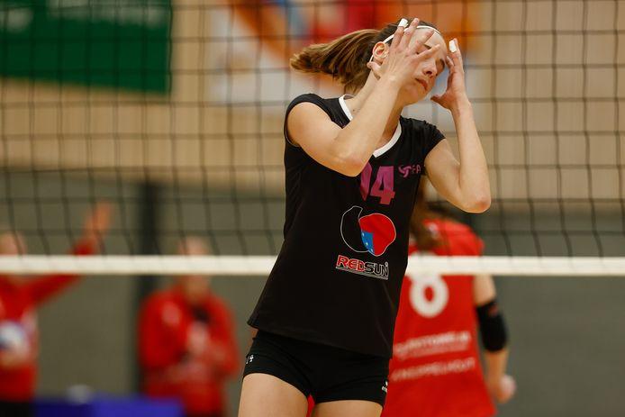 Vertwijfeling bij FAST-speelster Anne Heesakkers. Haar ploeg verloor de halve finale van de beker.