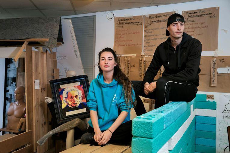 Eva de Leeuw en Johan van Leeuwen. Rechts een portret van Albert Einstein dat Johan maakte. Beeld Inge van Mill