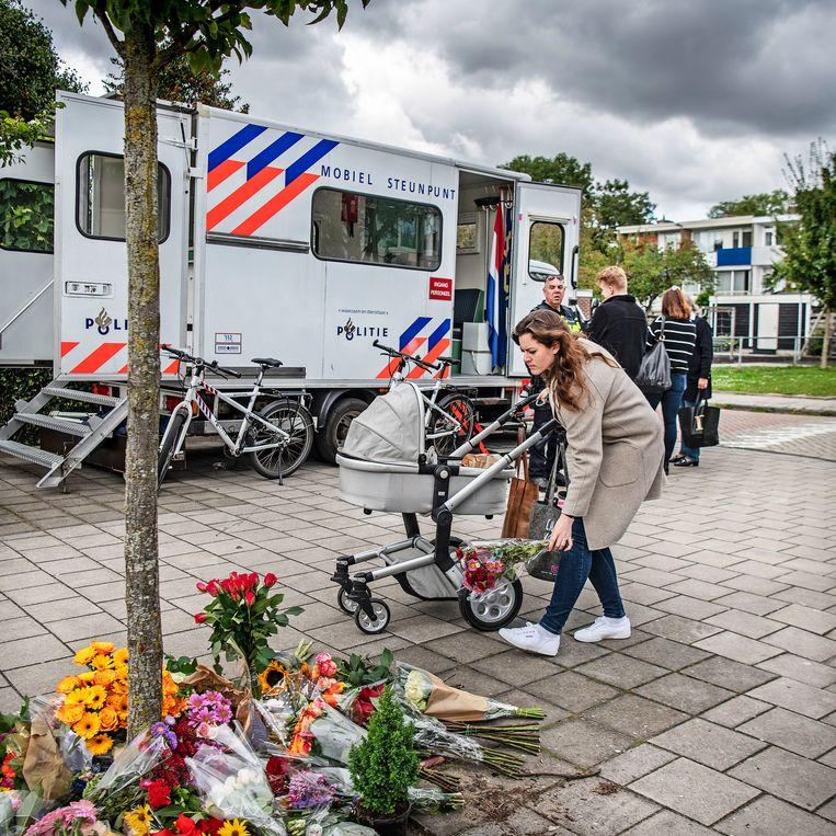 Mensen leggen bloemen op de plek waar strafrechtadvocaat Derk Wiersum is doodgeschoten. Beeld Guus Dubbelman / de Volkskrant