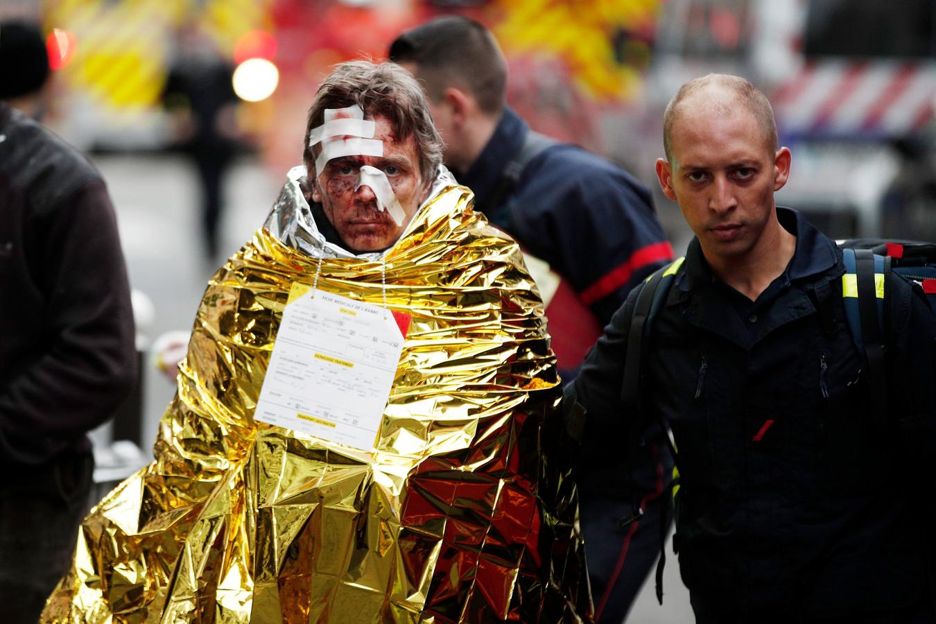 Mensen vluchtten in paniek hun woningen en hotels uit. Gewonden werden op straat eerste hulp geboden.