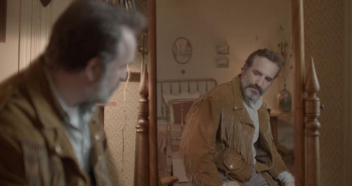 """Quand il se regarde dans le miroir, vêtu de sa veste en daim, Georges s'exclame: """"Quel style de malade!"""""""