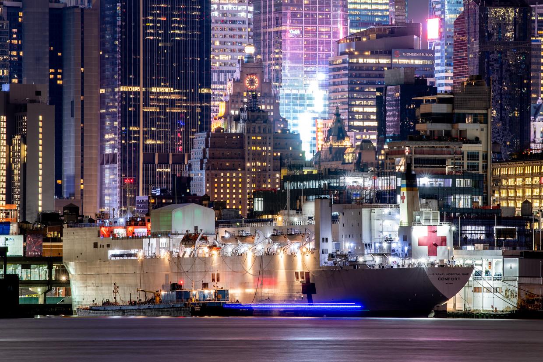 Hospitaalschip USNS Comfort, met twaalf operatiekamers en duizend bedden, ligt in de haven van New York.