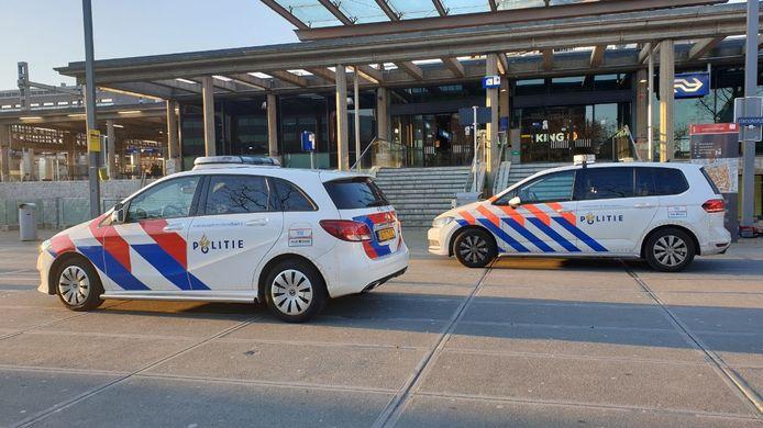Politie bij het station in Enschede na de overval. De man maakte geld, rookwaar en een aansteker buit.