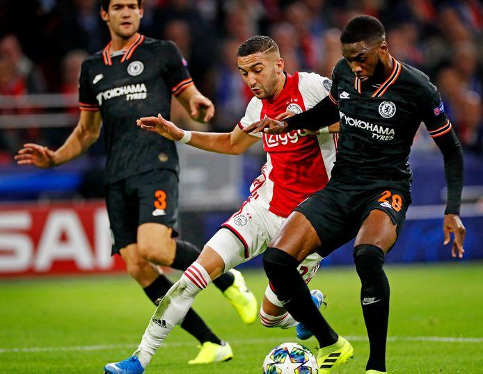 Hakim Ziyech met Ajax in actie tegen Chelsea in de Champions League, het toernooi waarvoor zijn nieuwe club nog moet zien te kwalificeren.