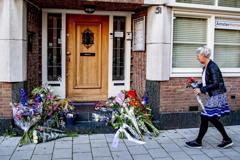 Mensen leggen bloemen bij het kantoor van de woensdag doodgeschoten advocaat Derk Wiersum. De raadsman van kroongetuige Nabil B. werd op straat in Amsterdam geliquideerd.  Beeld ANP