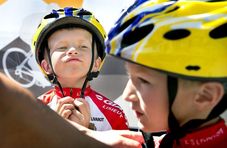 Wielrennertjes rijden vrijdag een stukje over het Tourparcours. Beeld Klaas Jan van der Weij