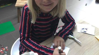 Hartverwarmend: Julie (6) maakt 1.000 bladwijzers voor 'Kom op tegen Kanker'