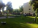 Mensen wachten in het Kromhoutpark tot de stoet vertrekt.