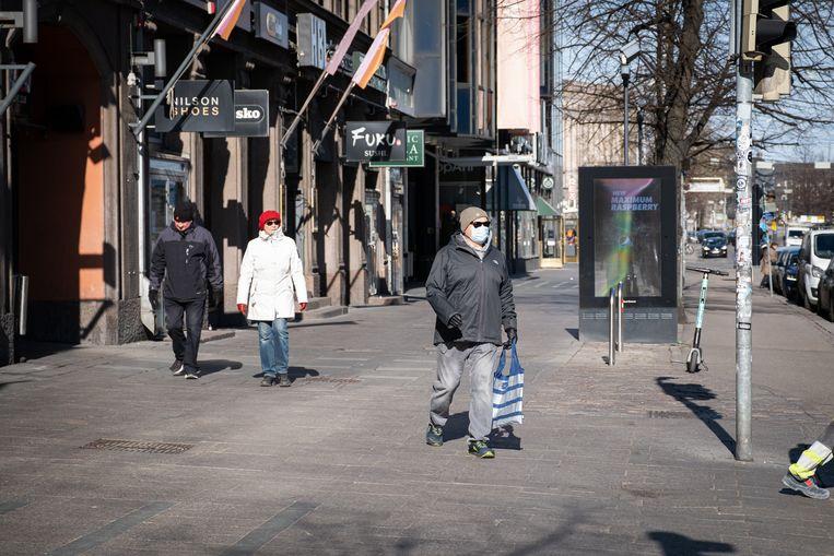 Een man draagt een mondkapje in Helsinki, Finland.  Beeld Anadolu Agency via Getty Images