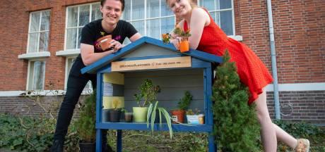 Planten, stekjes en droogbloemen in de plantenbieb: 'Er komt elke dag wel iemand ruilen'