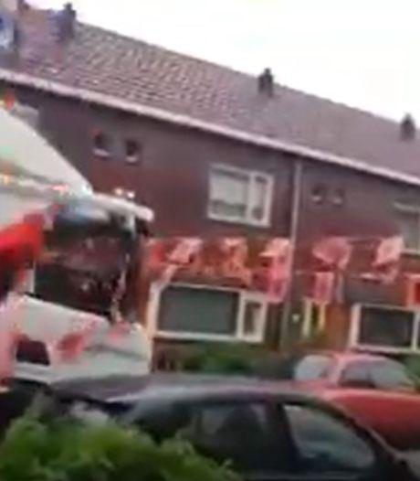 Vuilnisman rijdt oranje versiering in Enschede aan gort: 'Leidinggevende zei: rijden!'