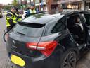 De politie controleert een auto tijdens de 'hyena-actie' in het Spijkerkwartier.