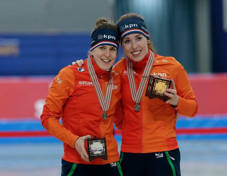 Ireen Wüst (links) en Antoinette de Jong, vieren goud en brons op de WK Afstanden. Beeld AP