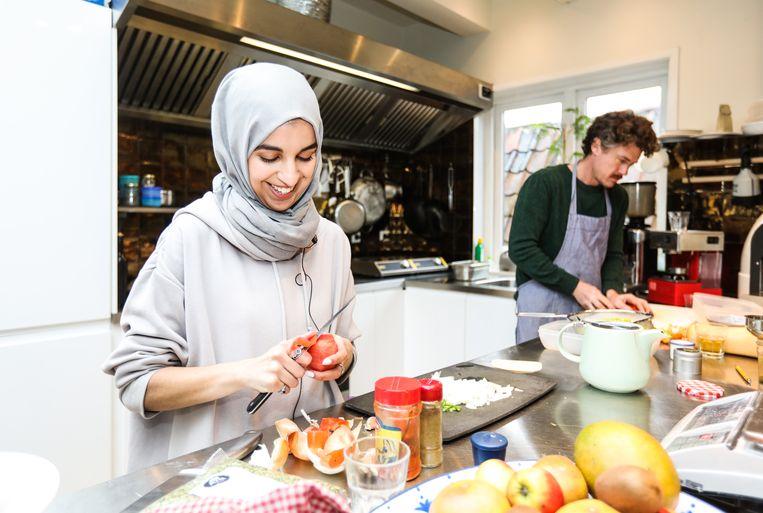 Kandidaat-Tweede Kamerlid Kauthar Bouchallikht kookt samen met Gilles. Beeld Eva Plevier
