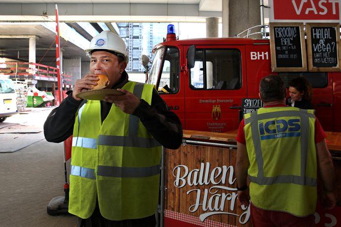 De bouwvakkers houden de moed erin. Ontwikkelaar Provast trakteert de noeste werkers op de bouwplaats van The Terraced Tower op gehaktballen. Een speciale foodtruck stond dinsdag op het terrein.