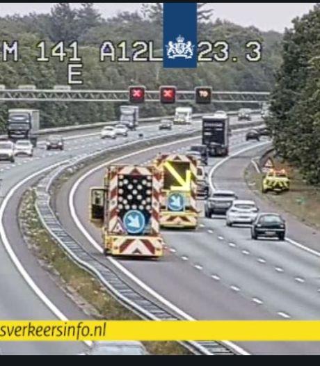 Glasplaat aan diggelen op A12 bij Arnhem en voorwerpen op de A50