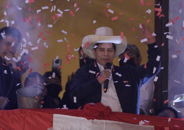 Pedro Castillo viert zijn overwinning in het hoofdkwartier van zijn partij in Lima. Beeld AP