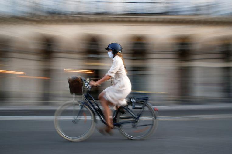 Een fietser in de Rue de Rivoli in Parijs