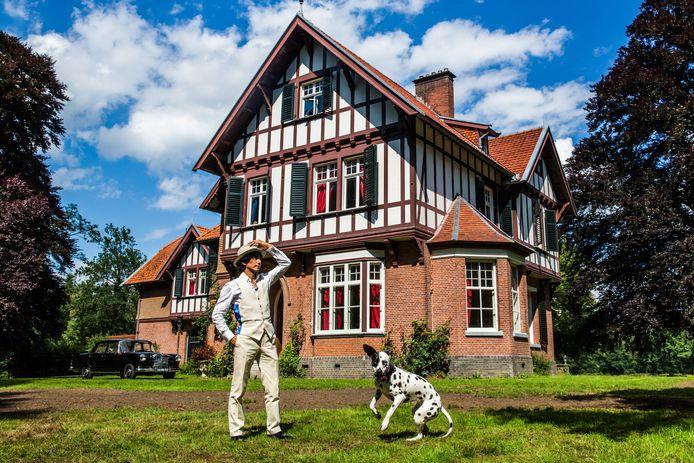 Wibi Soerjadi en zijn hond Pepper voor hun huis.