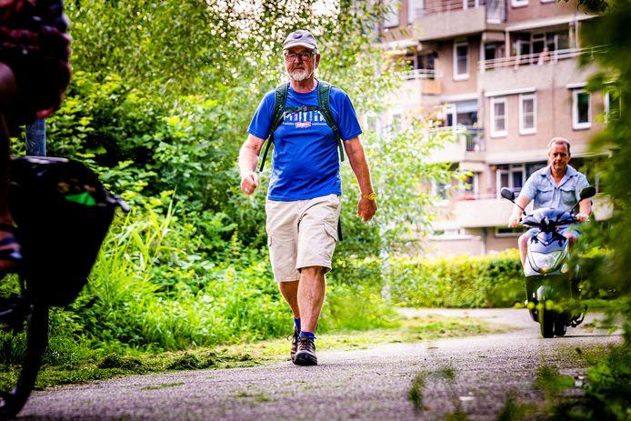 Arie Warnars (67) tijdens het wandelen.