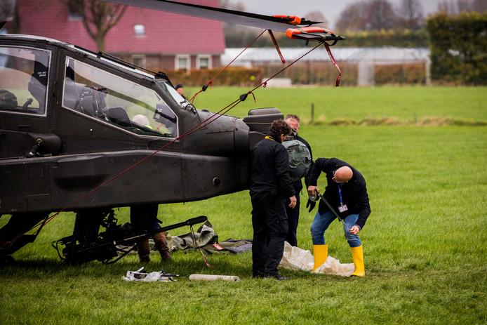 De gecrashte Apache helikopter in een weiland in Zoelmond.