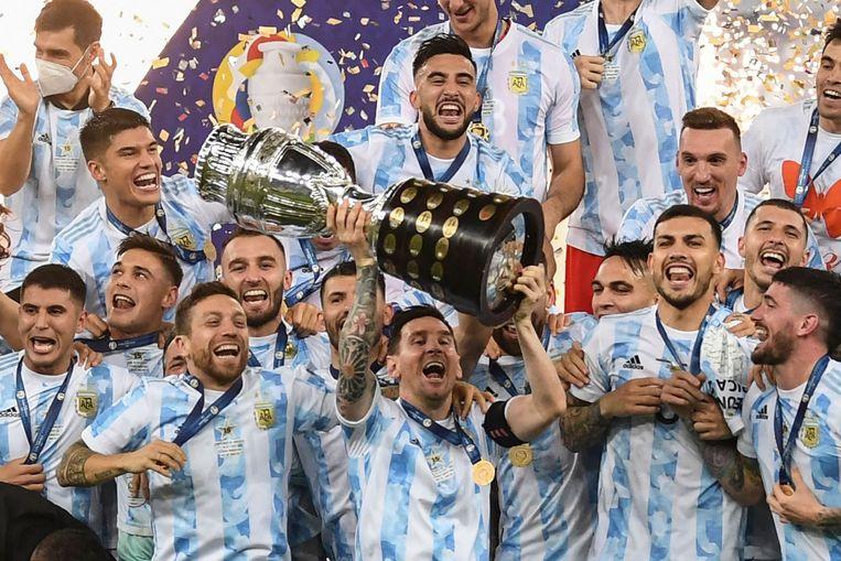 Lionel Messi temidden van zijn Argentijnse teamgenoten met de Copa América. Beeld AFP