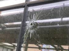 Politie sluit schietincident woning Ratelband in Arnhem niet uit: 'Ze hebben een kogel gevonden'