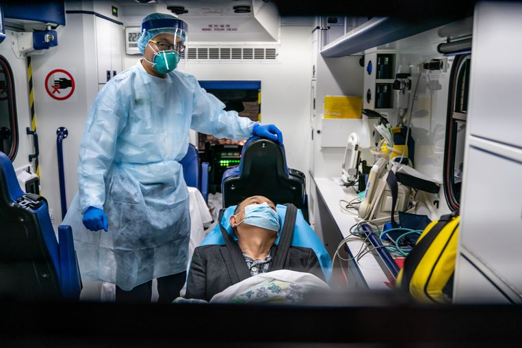 Een patiënt met wellicht het nieuwe virus wordt verplaatst naar het ziekenhuis in Hongkong. Beeld Getty Images