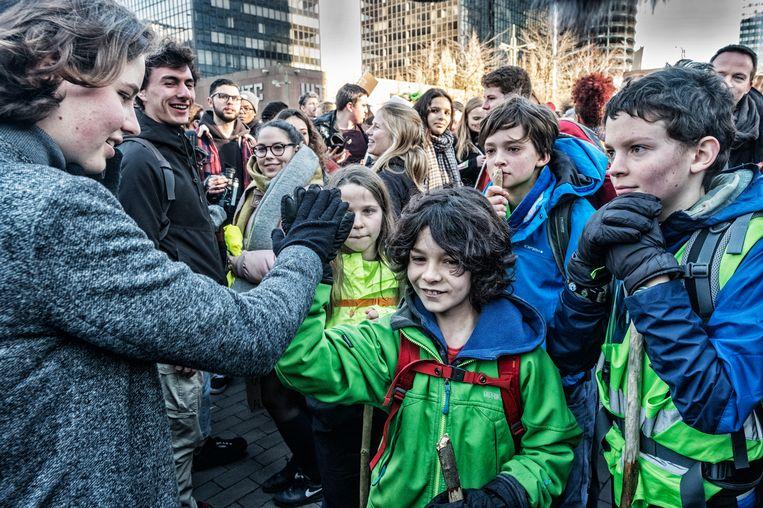 De klimaatpelgrims zijn nogal overweldigd als ze Anuna De Wever mogen ontmoeten. Beeld Tim Dirven