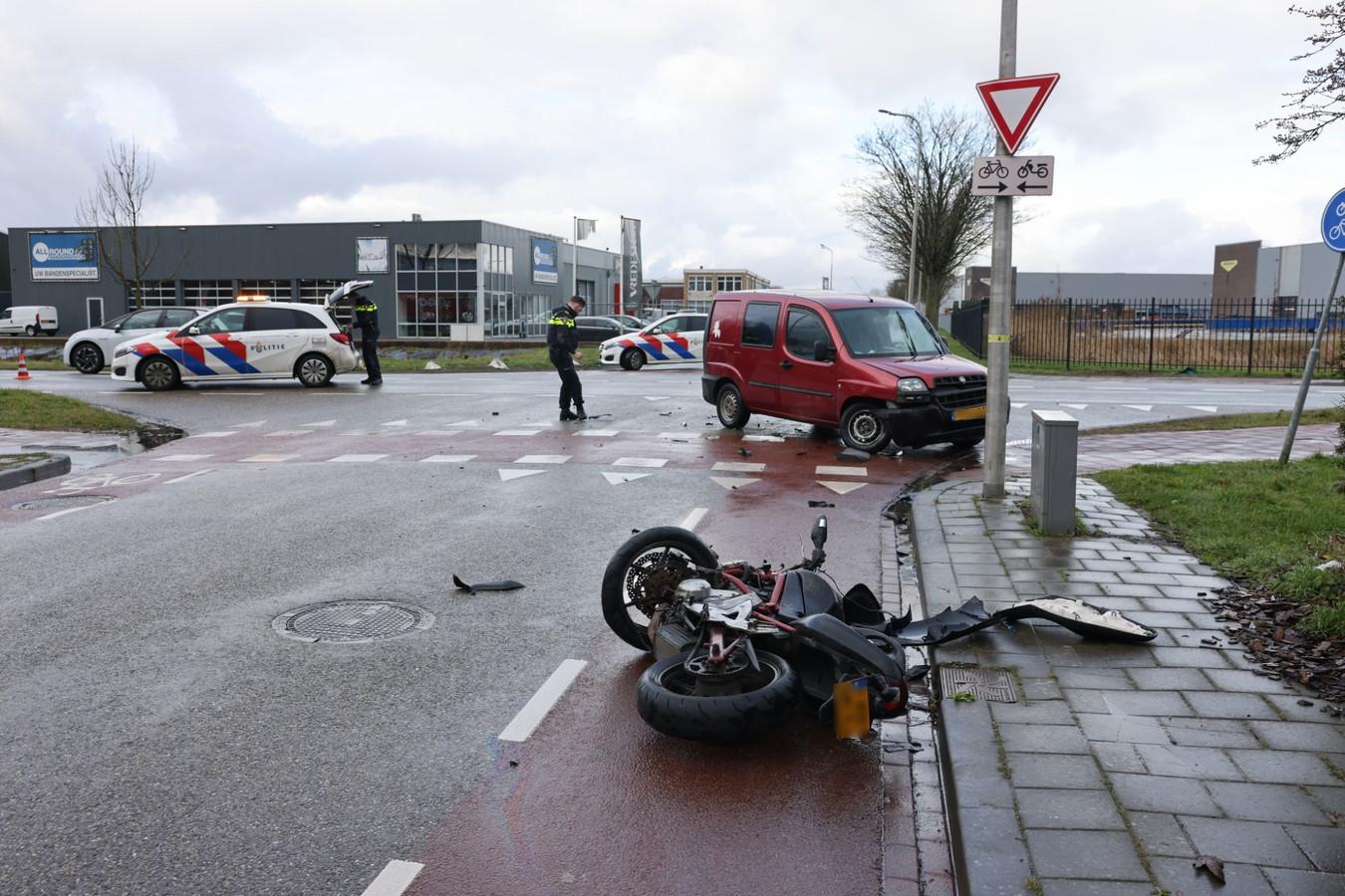 Een motorrijder is gewond geraakt bij een aanrijding op de Haatlanderdijk in Kampen.