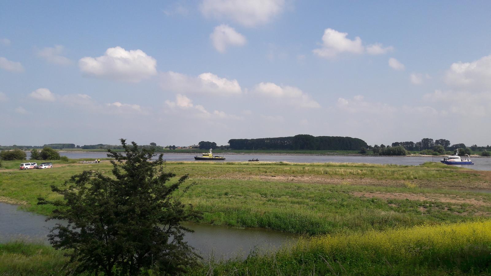 Politie en  Rijkswaterstaat zoeken zondag met het SOAD dregteam naar het lichaam van een 47-jarige recreant bij de Waalhaven in Tiel.
