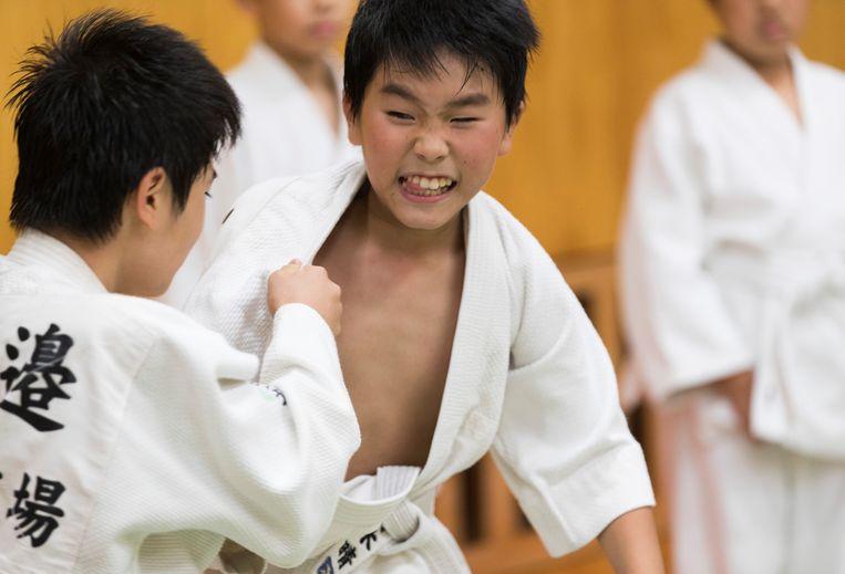 Een 9-jarige Japanse jongen oefent met zijn partner in de Hamana Dojo in Oiso, een stad nabij Tokio.  Beeld AP