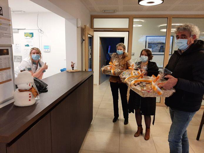 CD&V Stabroek overhandigt manden vol lekkers aan woonzorgcentrum Villa ter Molen