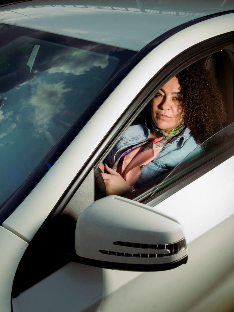 Actrice en theatermaker Fadua el Akchaoui in haar witte Mercedes. Beeld Eva Roefs