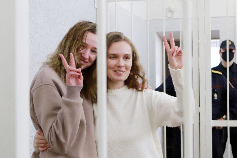 De Wit-Russische journalistes Katerina Bakhvalova (r.) en Daria Chultsova tijdens hun rechtszaak afgelopen donderdag in Minsk. Beiden kregen twee jaar celstraf, omdat ze in november verslag deden van de demonstraties in Wit-Rusland. Beeld AFP